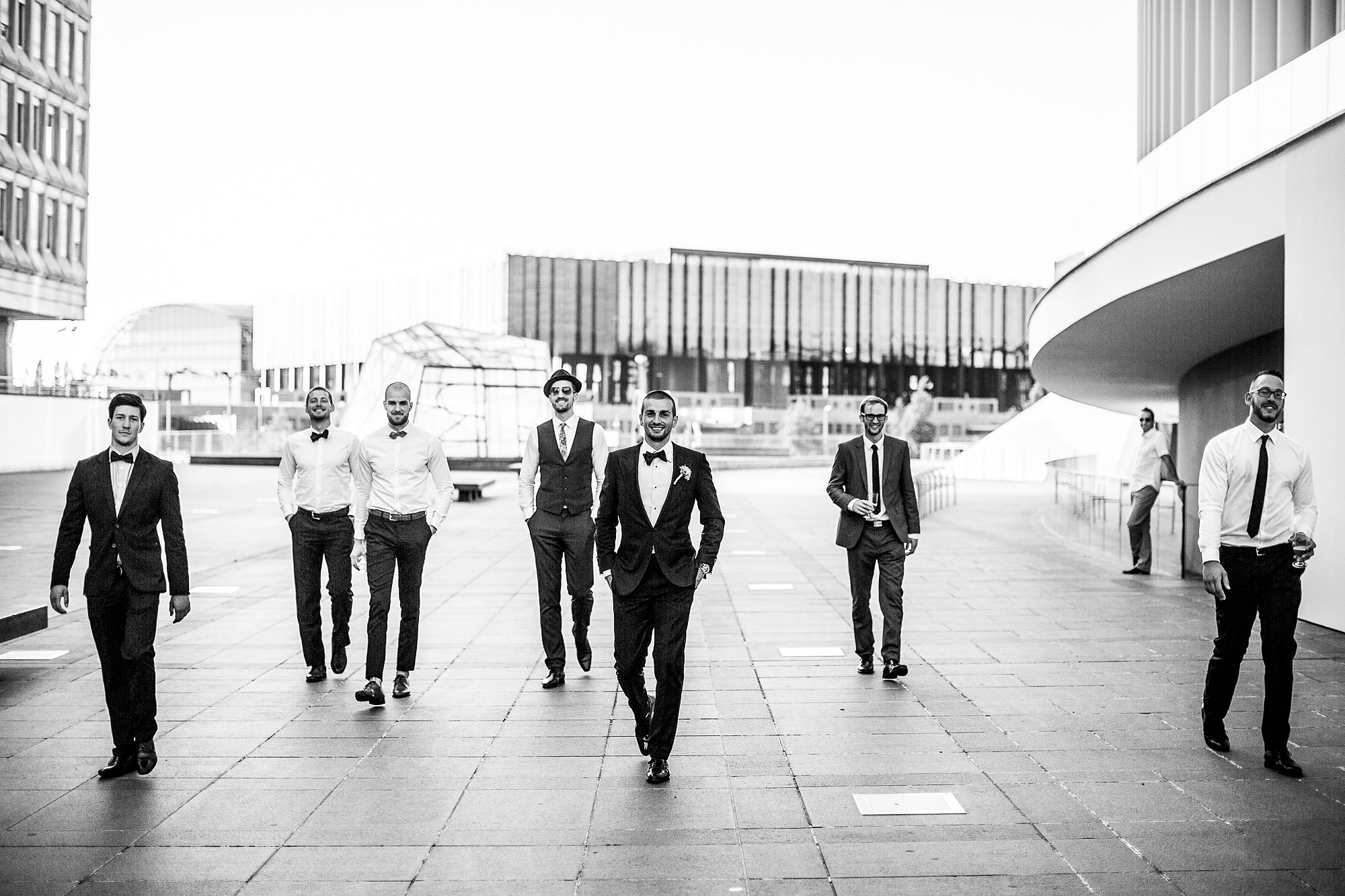Luxemburg, groom, suit, weddingsuit, wedding, smile, lächeln, bestday, blackandwhite, drinks