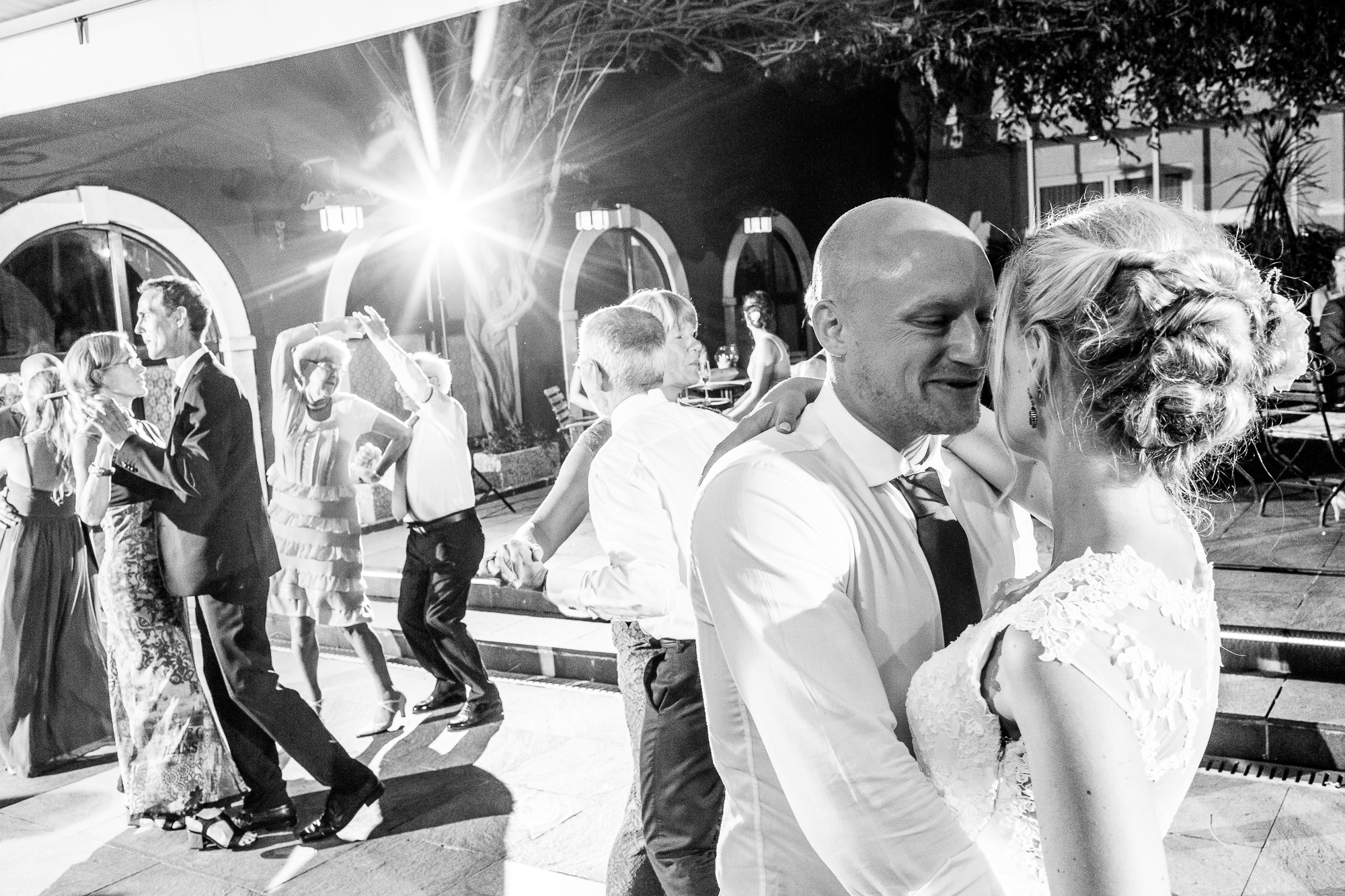 Hochzeitstanz, location, Gardasee, tanz, wedding, verliebt, nah, glücklich, verheiratet, braut, Bräutigam, Hochzeitspaar, couple, in love, dancefloor, music, black and white, reportage, Fotografie, Steffen löffler,