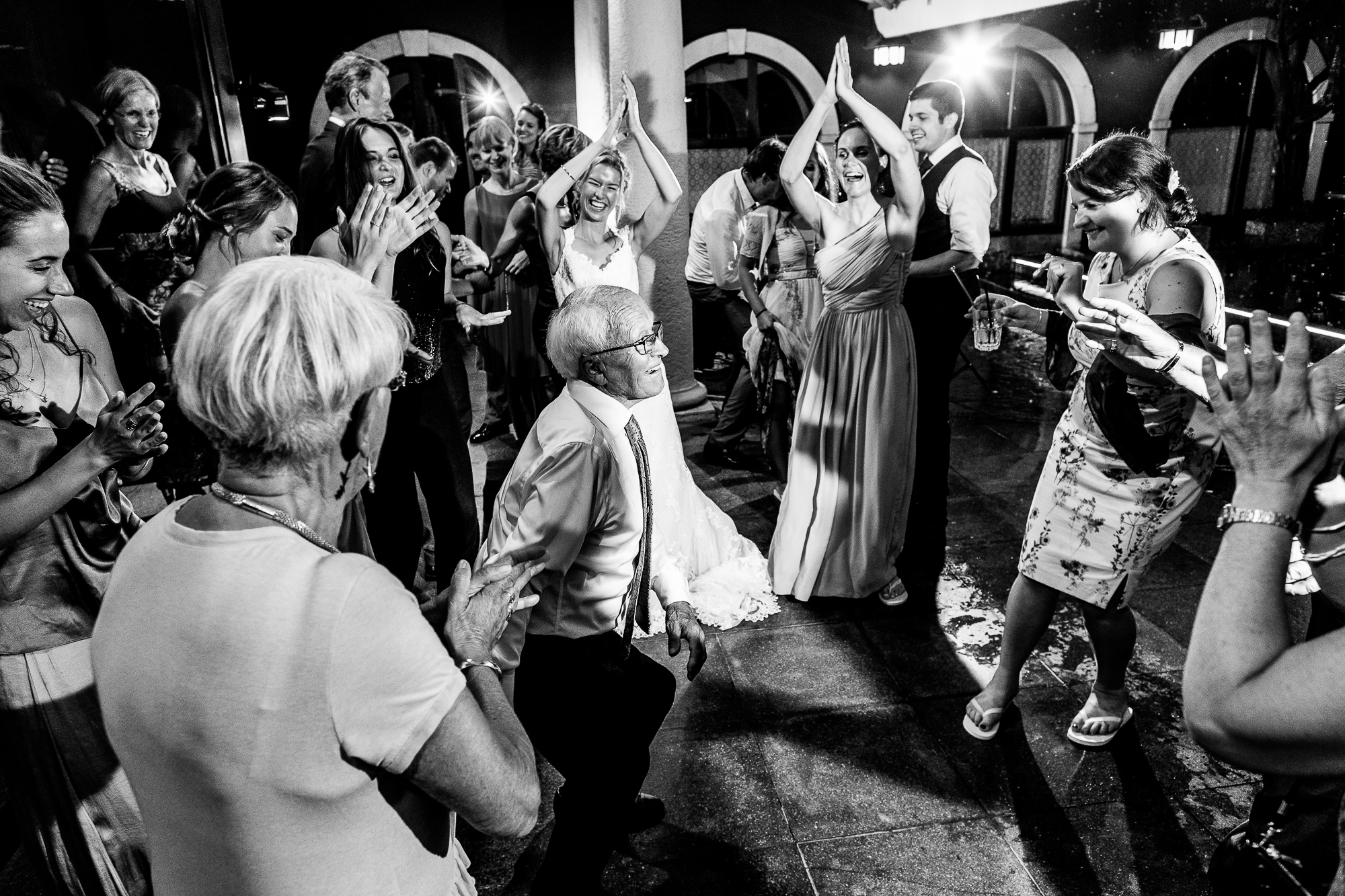 Party, dance floor, hochzeit, wedding, dream wedding, lake garda, schwarz weiß, reportage, fotografie, music, rythmen, excited,